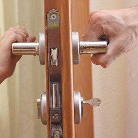 domestic locksmiths installing home locks